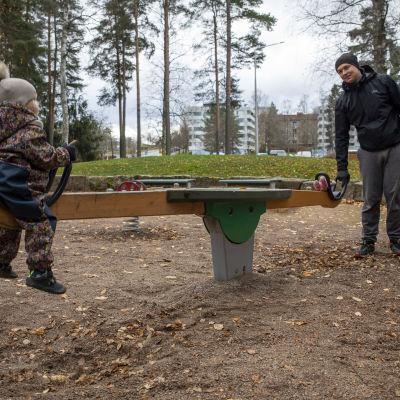 Juuso Udd leikkii tyttärensä Aadan kanssa leikkipuiston keinulaudalla