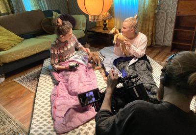 Safin universumissa näyttelevät Safi (Johanna Öhman) ja Riikka (Emilia Jansson) istuvat patjojen päällä lattialla.
