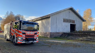 En brandbil framför en byggnad.