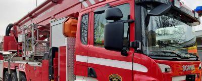 Räddningsverkets stegbil på ett torg.