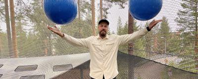 Vuokatin Netparkin yrittäjä Priidik Vesi heittää palloja ilmaan verkkohuoneessa puussa.