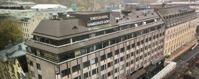 Hamburger Börs fasad under rivningen av hotellet.
