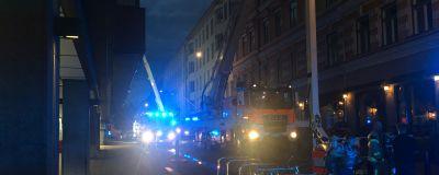 Brandbilar med blå ljus på, på Eriksgatan.