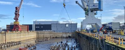 Första sektionen av nya kvarkenfärjan på väg ner i torrdockan i Raumo.