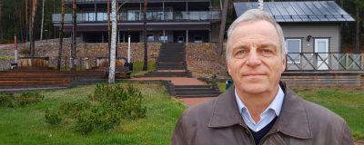 Profilbild på Dan Högström utanför Airiston Helmis fastighet i Ybbersnäs.