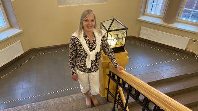 Rektor Marianne Pärnänen i Katedralskolans trappa.