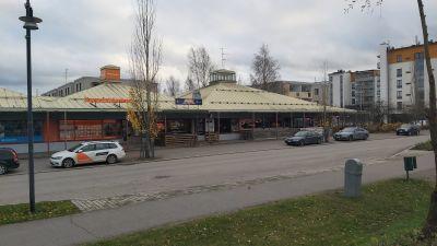 Affärer längs en huvudgata i ett bycentrum.
