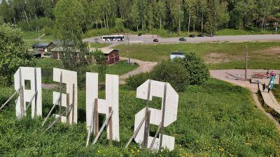 Utsikt över motionsområde med parkeringplats.
