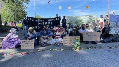 demonstranter på ett övergångsställe på Mannerheimvägen