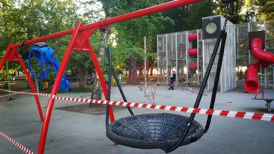 Lekplatserna i Moskva är stängda på grund av smittoläget. Här är en lekpark avstängd med röd- och vitrandig tejp.