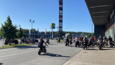 En stor samling av mopeder på en parkeringen.