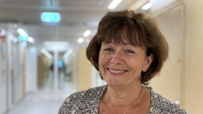 Glad kvinna, Annika Lindblom, ler mot kameran.