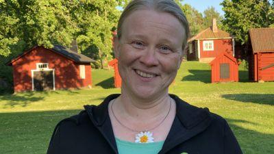 kvinna på hembygdsgård