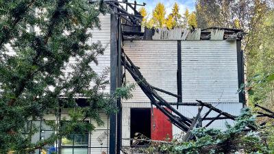 Bild på det brandskadade bostadshuset.