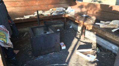 En nedskräpad grillplats vid Varlaxudden.