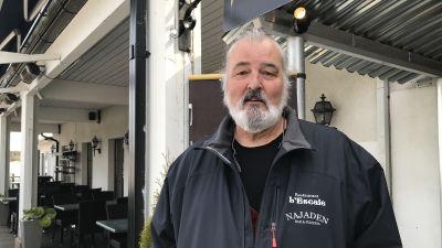 Mikael Smeds står utanför restaurang L'Escale