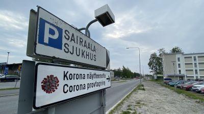 En sjukhusskylt och en skylt till corona provtagning.