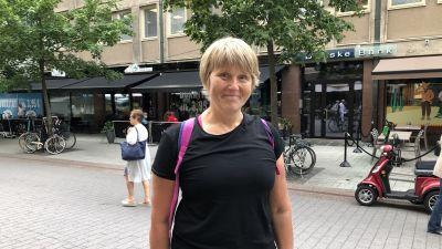 Taina Liukkonen står på gågatan i Åbo.