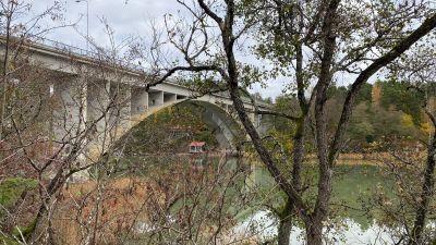 En hög bro.