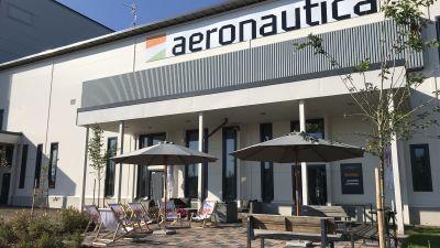 Aeronautica Arenan etupiha ja terassi.