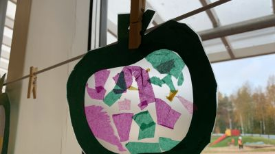 Barnens pyssel har satts upp i fönstret på Knattebo daghem i Malax. Detta föreställer ett äpple.
