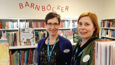 Pia Rahikainen och Paula Rahikainen på biblioteket i Ingå.