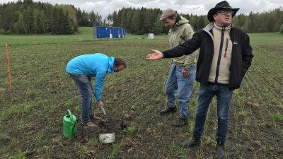 Ilkka Herlin presenterar ett jordmånstest