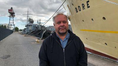 Chef för fostran och utbildning i Åbo Timo Jalonen står bredvid faryget s/s Bore.