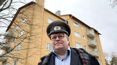 Roihuvuoriseuran toiminnanjohtaja Otto-Ville Mikkelä Keijukaistenpolku 4. kivitalon edessä.