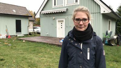 Ung, permitterad kvinna i Mariehamn vid sitt hus