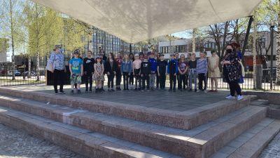 Mikkelin Päämajakoulun 4M-luokka palkittiin Lukevin luokka tittelillä Mikkelin torilla.