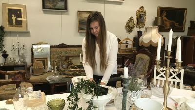 Erica Helin plockar bland sina antikviteter