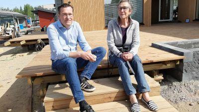 Anders Berghäll och hans mamma Gode Lahtinen utanför Villa Ilta.
