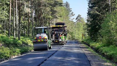 Stora vägarbeten på slutrakan med tunga maskiner på Fagerviksvägen i Ingå, invid Bruksträsket.