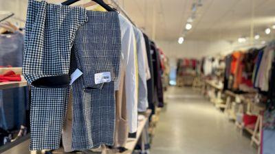 Två par byxor hänger till salu på lopptorget Hänga