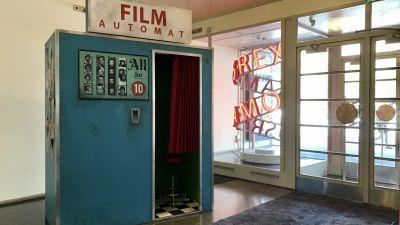 Valokuvauskoppi Bio Rexin aulassa. Teeman elokuvafestivaalin kuvausrekvisiittaa.