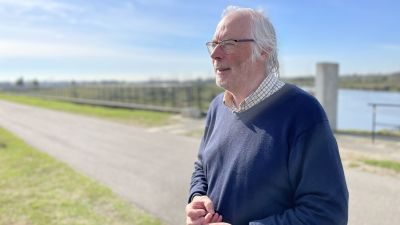 Professor Meire fotograferade vid en flodslätt utanför Antwerpen. Meire är en man i medelåldern. Han är vithårig och ledigt klädd.