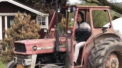Matti Nieminen åker traktor