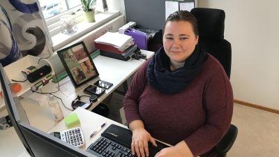 Sarah Wikman jobbar framför datorn.