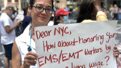 Jennifer Forgash demonstrerar för högre löner vid coronapard i New York den 7 juli 2021.