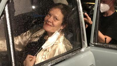 Kati Sinisalo istuu taksin takapenkillä Teeman elokuvafestivaalin 2020 kuvauksissa.