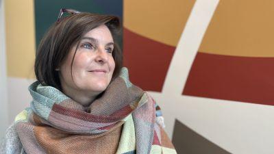Leende kvinna med sjal