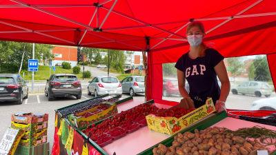 Ronja Berntzen står och säljer bär