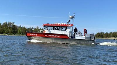 En räddningsbåt åker fram på vattnet.