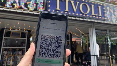 Coronapas-appen på en telefon utanför Tivoli i Köpenhamn-