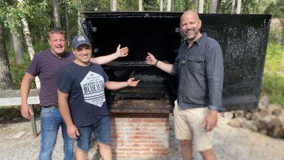 Michael Björklund och Matias Jungar röker fisk i Nagu.