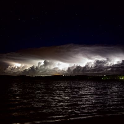 En åskfront närmar sig över vattnet.