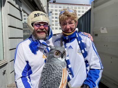 Jouni Gustafsson och Arja Turunen står med en uggla i centrala Köpenhamn.