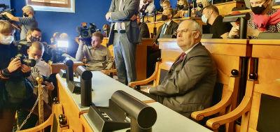 Alar Karis tittar drömlikt ut över plenisalen minuterna innan han väljs till Estlands nästa president