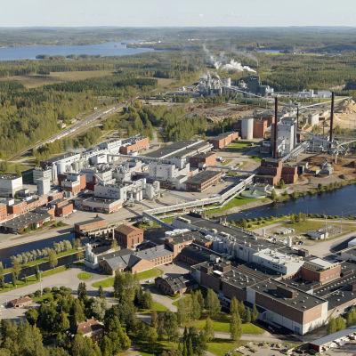 Metsä Board och Metsä Fibre i Äänekoski fotat från luften.